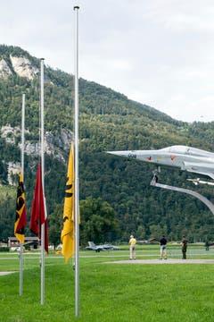 Die Fahnen auf dem Militärflugplatz in Meiringen stehen am 31. August 2016 auf Halbmast. Beim Absturz eines F/A-18-Kampfjets im Sustengebiet ist der Pilot ums Leben gekommen. (Bild: ALEXANDRA WEY)