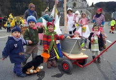 Im Mittelpunkt des Lungerer Fasnachtsumzuges waren die Kinder mit hübschen und farbigen Sujets. (Bild: Romano Cuonz (Neue NZ))