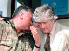 Auch der Mitstreiter von Radovan Karadzic, der damalige bosnisch-serbische General Ratko Mladic (links) steht unter Anklage von dem Kriegsverbrecher-Tribunal. (Bild: EPA)