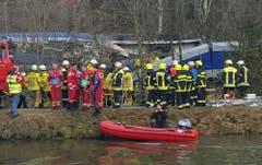 Rettungskräfte bei der Unglücksstelle. (Bild: AP/Sebastian Stepniewski)
