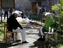 An elderly couple sit in a park in Norcia, central Italy, after an earthquake with a preliminary magnitude of 6.6 struck central Italy, Sunday, Oct. 30, 2016. A powerful earthquake rocked the same area of central and southern Italy hit by quake in August and a pair of aftershocks last week, sending already quake-damaged buildings crumbling after a week of temblors that have left thousands homeless. (AP Photo/Gregorio Borgia) (Bild: Keystone)