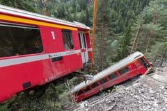 Bergung der abgestürzten Wagen einen Tag nach dem Zugunglück in Tiefencastel. (Bild: Keystone)
