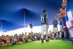 Dario Lezcano präsentiert sein neues Trikot. (Bild: Roger Grütter / Neue LZ)