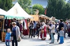 Zahlreiche Interessierte tauchen in 'das Mittelalter' ein. (Bild: Maria Schmid / Neue ZZ)