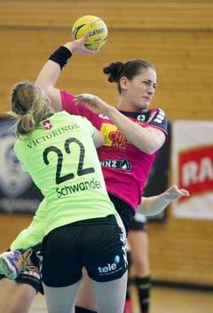 Sponos Noëlle Frey (rechts) versucht, an Zugs Lynn Schwander vorbeizukommen. (Bild: Corinne Glanzmann)