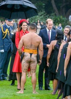Prinz William und Herzogin Kate begrüssen Maori. (Bild: Keystone)