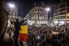 Der Place de la Bourse vor der Brüsseler Börse war in der Nacht Ort der Trauer und der Solidarität. (Bild: EPA/CHRISTOPHE PETIT TESSON)
