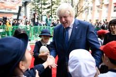 Boris Johnson heisst die Schulkinder herzlich willkommen. (Bild: AP / Stefan Rousseau)