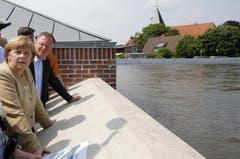 Bundeskanzlerin Angela Merkel reiste erneut in die Hochwassergebiete und sprach bei ihrem Besuch in Lauenburg in Schleswig-Holstein den Einsatzkräften und Freiwilligen ihren Respekt aus. (Bild: Keystone)