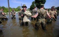 Armeeangehörige helfen beim Bau von Deichen. (Bild: Keystone)