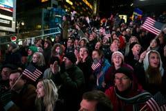 Klatschen, jubeln, Fähnchen schwingen: Barack Obama bleibt weitere vier Jahre Präsident. (Bild: Keystone)
