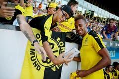 Pierre-Emerick Aubameyang posiert mit einem Fan für ein Selfie. (Bild: Philipp Schmidli)
