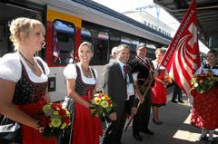 Urs Schneider (Mitte, OK-Präsident, ESAF Frauenfeld) bringt die Fahne nach Burgdorf. Die Zentralfahne des Eidg. Schwingerverbandes wird von einer Delegation aus Frauenfeld, dem Austragungsort von 2010, nach Burgdorf begleitet. (Bild: Swiss-Image / Andy Mettler)