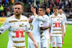 Die Spieler des FC Luzern feiern den Sieg auf dem Brügglifeld. (Bild: Keystone)