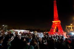 Der Stapel ist eigentlich eine Nachbildung ders Eiffelturms. (Bild: AP Photo/Francois Mori)