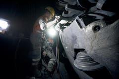 Volle Konzentration ist bei der Arbeit an der insgesamt 120 Tonnen schweren Tunnelbohrmaschine geboten. (Bild: Corinne Glanzmann / Neue LZ)