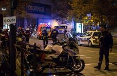 Einsatzkräfte vor dem Stade de France. (Bild: EPA/Ian Langsdon)