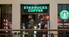 Wo sonst schnell ein Kaffee getrunken wird, gilt jetzt das Sicherheitsdispositiv. (Bild: AP Photo / Virginia Mayo)