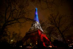 Dre beleutchtete Eiffelturm. (Bild: AP Photo/Daniel Ochoa de Olza)