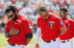 Solidarität in den USA: Das Baseball-Team «Minnesota Twins» gedenkt vor einem Spiel der Opfer von Brüssel. (Bild: AP Photo / Tony Gutierrez)