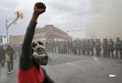 Ein Demonstrant mit Gasmaske. (Bild: AP Photo/Patrick Semansky)