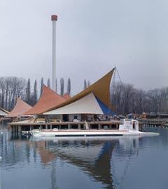 Jacques Piccards Unterseeboot für vierzig Passagiere, ausgestellt auf dem Lac Leman vor einem futuristischen Pavillon (Bild: Keystone / Str)