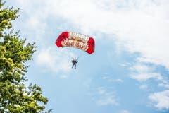 Fallschirmspringer im Landeanflug auf die Badi Stansstad. (Bild: Izedin Arnautovic)
