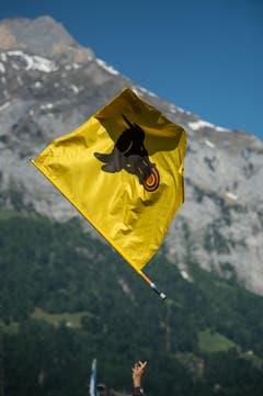 Die Flagge des Kantons Uri fliegt durch die Luft. (Bild: Pius Amrein)