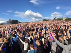 Grossaufmarsch am Public Viewing für den Match Island - Frankreich. (Bild: Marion Loher)