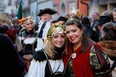 Königin Raina Olaria (rechts) mit Zofe. (Bild: Christof Borner-Keller / Neue ZZ)