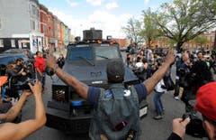 Ein Demonstrant, dutzende Fotografen – die Proteste werden zum Medienereignis. (Bild: Lloyd Fox)