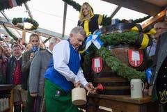 Oberbürgermeister Dieter Reiter schlägt den Zapfhahn in das erste Fass Bier des diesjährigen Oktoberfestes. (Bild: Keystone / Peter Kneffel)