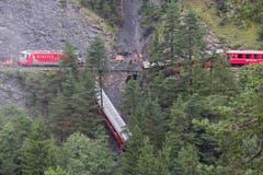 Der Zug von St. Moritz nach Chur war um 12.30 Uhr kurz nach Tiefencastel zwischen zwei Tunnels auf einen Erdrutsch aufgefahren. (Bild: Keystone)