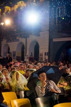 Täglich und bei jedem Wetter findet eine Openair-Vorstellung auf der Piazza Grande statt. (Bild: Keystone)