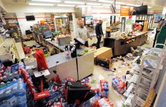 Sam Wirtz (links) ist Angestellter in einem Geschäft, das geplündert wurde. (Bild: Lloyd Fox/The Baltimore Sun via AP)