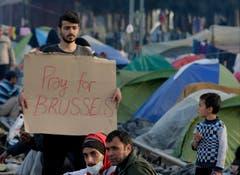 Solidarität an der griechisch-mazedonischen Grenze: Ein Mann im Flüchtlingscamp Idomi im stillen Protest: «Betet für Belgien». (Bild: EPA / ARMANDO BABANI)