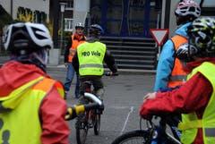 Die Velofahrer sind zahlreich zum Kurs erschienen. (Bild: Markus von Rotz (Neue NZ))