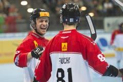 Die Schweizer Lars Henzi (links) und Nicola Fuchs jubeln nach dem Tor zum 0:1. (Bild: Maria Schmid (Neue ZZ))