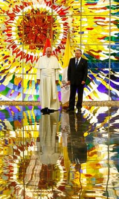 Der Papst trifft Kubas Präsidenten Raul Castro im «Palacio de la Revolucion» in Havana. (Bild: Keystone)
