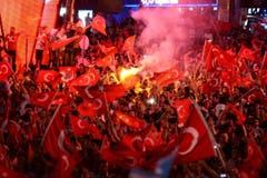 Tausende Menschen demonstrierten nach dem Putschversuch in Ankara. (Bild: EPA/STR)