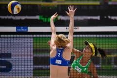 Veltman Kelsey (Kanada, vorne) gegen Michela Lantignotti (Italien) (Bild: FIVB)