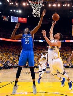 Im Team der US-Basketballer fehlen die Superstars Stephen Curry (Golden State Warriors, rechts)... (Bild: EPA / John G. Mabanglo)