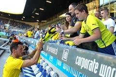 Roman Bürki von Borussia Dortmund schreibt Autogramme für die Fans. (Bild: Philipp Schmidli)