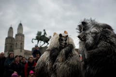 """Kostümierte Personen laufen am Umzug """"ZüriCarneval 2015"""" neben dem Grossmünster und dem Hans Waldmann Denkmal. (Bild: ENNIO LEANZA)"""