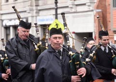 Die Polizeimusik während der Parade in Boston. (Bild: Keystone)