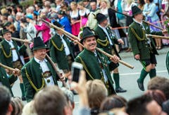 Diese Männer tragen bei der Parade anlässlich der Eröffnung des Oktoberfestes Tracht. (Bild: Keystone / Mathias Balk)