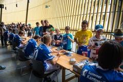 Die Spieler des FC Luzern geben Autogramme. (Bild: Roger Grütter / Neue LZ)