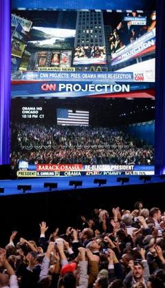 Anhänger von Obama jubeln, als CNN die Wiederwahl ankündigt. (Bild: Keystone)