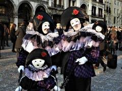 Vater, Mutter und Kind, alle zeigen ihren maskierten Gri..... ! Aufgenommen in Venedig. (Bild: Margrith Imhof-Röthlin)
