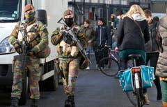 Soldaten der Armee patroullieren durch die Stadt. (Bild: AP Photo / Virginia Mayo)